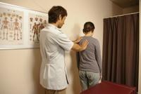 姿勢を調べ、同時に他に症状を引き起こしていないかを調べます。